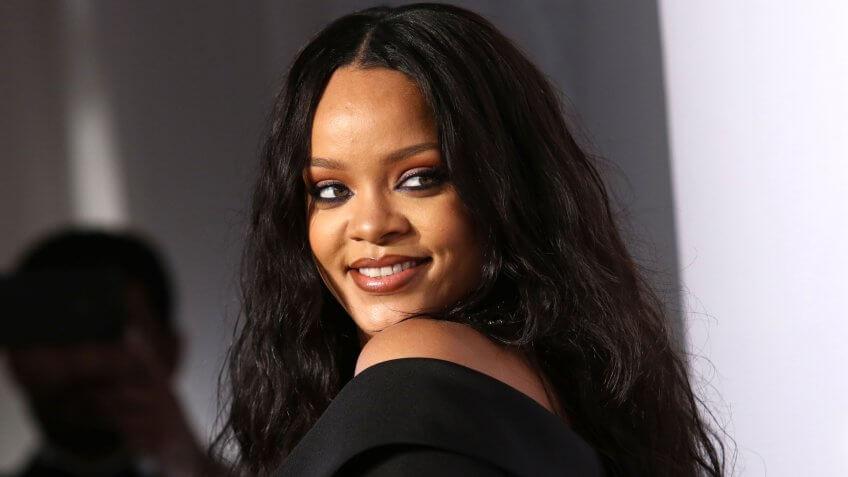 Rihanna Gugat Ayahnya Sendiri! Kenapa Yaaa?