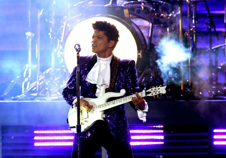 GRAMMY AWARDS 2017: Wow, Bruno Mars Sukses Tampil bak Prince