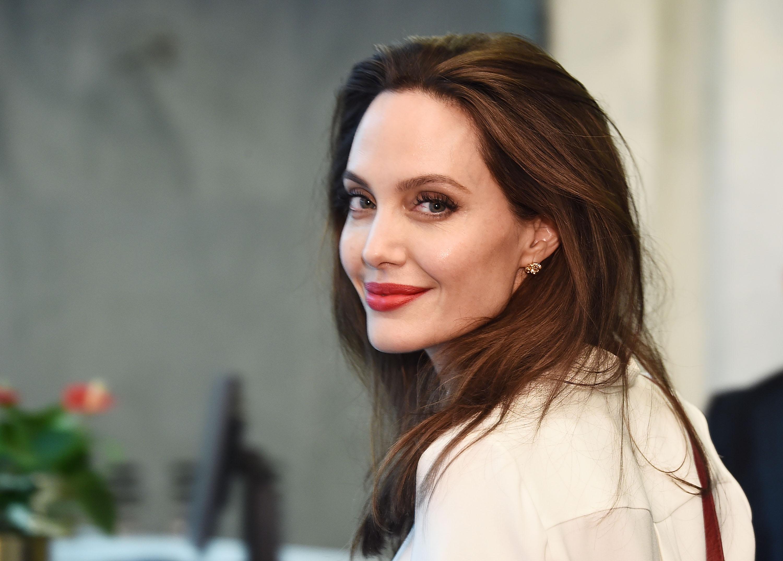 Angelina Jolie Dikabarkan Dekat Bintang Maleficent 2, Cinta Lokasi?