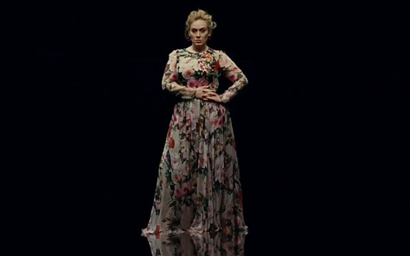 Kenakan Maxi Dress Adele Tampil Lebih Langsing di Video Klip Teranyar