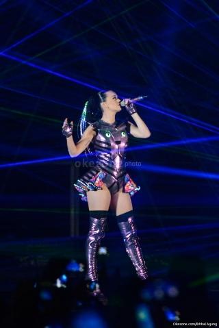 Katy Perry Belajar Bahasa Indonesia dan Selfie dengan Fans