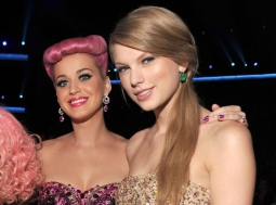 Katy Perry dan Taylor Swift Pelukan di 'You Need To Calm Down'