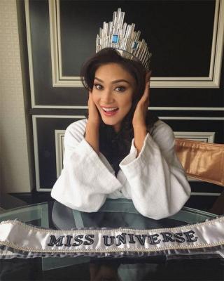 Dihujat Miss Jerman & Haters, Pia Wurtzbach Pamer Mahkota Mewah