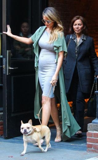 Chrissy Teigen nekat pakai high heels