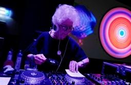 Nenek 80 Tahun Ini Menjadi Salah Satu DJ Tertua di Dunia