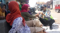 Jelang Lebaran, Polisi Ajari Pedagang Pasar Kenali Uang Palsu