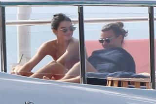 Kendall Jenner dan Harry Styles Ciuman di Kapal Pesiar