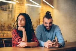 Perempuan Lebih Bahagia dengan Pasangan yang Kurang Menarik