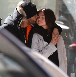 SELENA GOMEZ DAN THE WEEKEND TINGGAL SERUMAH