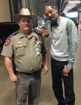 Duh! Polisi Ini Dihukum Setelah Selfie dengan Snoop Dogg