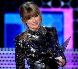 Taylor Swift Tanda Tangani Kontrak Dengan Label Republic Records