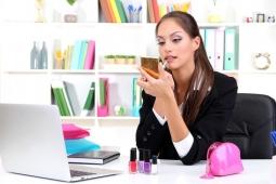 Selalu Buru-Buru ke Kantor, Simak Trik Make-Up Secepat Kilat