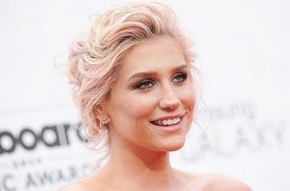 Wajah Kesha Bengkak karena Menangis