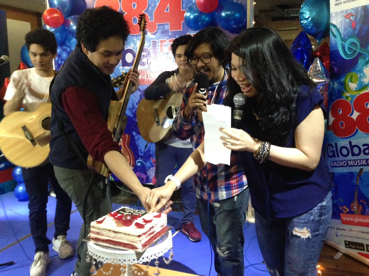 Potong kue bareng The Overtunes